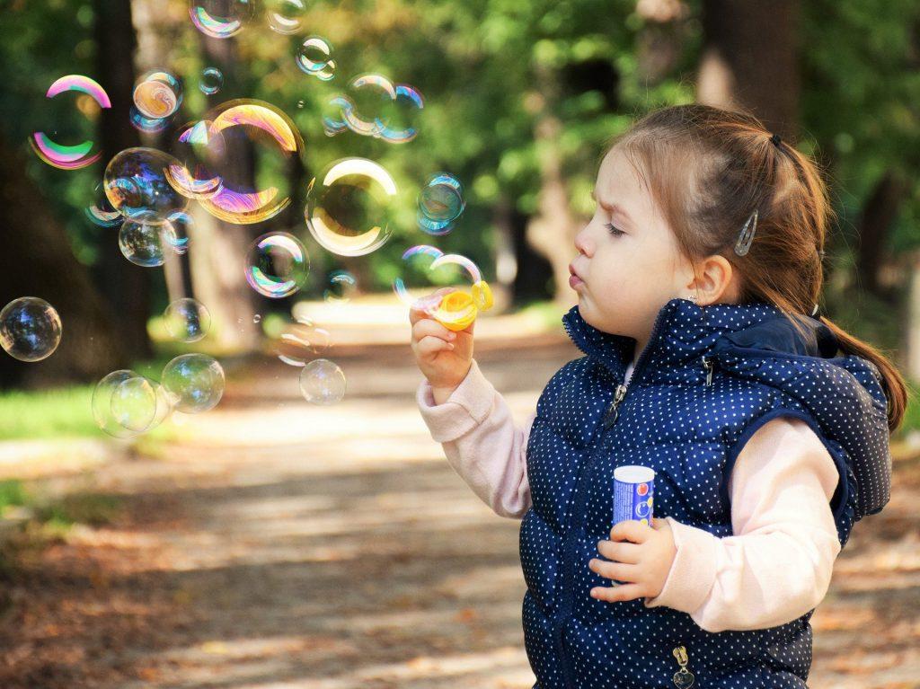 Zabawa a rozwój, czyli czego uczymy się podczas zabaw